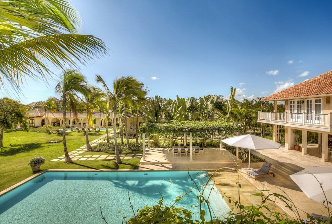 Chic Tropical Vacation Rental Located In Private Gated Community